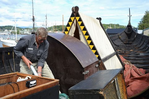 Karstein Jensen er én av mange frivillige i Båtlaget Gaia som gjør en ekstra innsats i dagene etter at Gaia forliste. Onsdag skylte han båtmotoren.