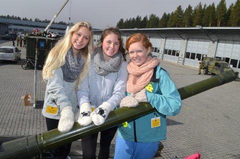 – Forsvaret preger Rena. Derfor er det viktig at vi får se hvordan det er i Rena Leir, sier Bertine Nergård (fra venstre), Caroline Sætervang og Silje Bekkevold, alle i klasse 9 A ved Åmot ungdomsskole på åpen dag i Rena Leir.