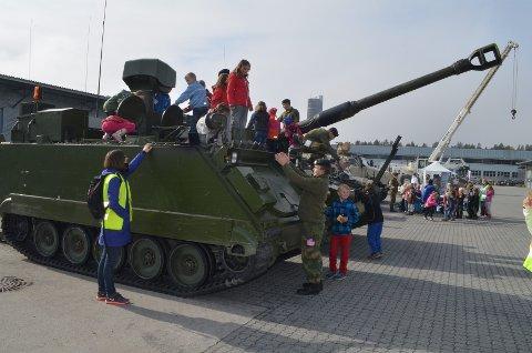 STOR INTERESSE: Elevene viste stor interesse for militære kjøretøyer.