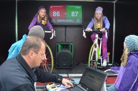 ENERGIDUELL: Marianne Gartland (tv) og Belva Olsen deltok i energiduell på sykkel i Rena leir i går. Foran: Steffen Lisen fra Forsvarsbygg.
