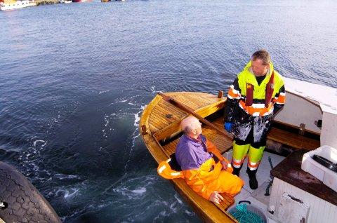 REDDET: Til venstre sitter Olaf Thon trygt ombord i fiskebåten til redningsmannen sin, Fredrik Pedersen fra Hvasser.
