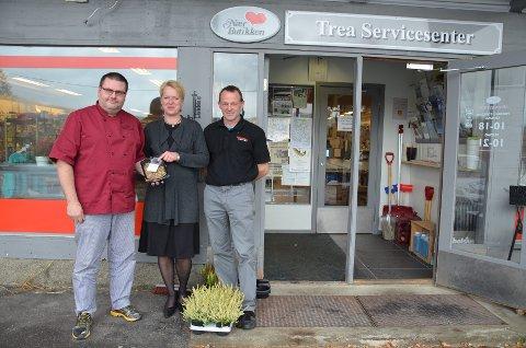 Ordentlig lokalt: Johnny Granheim lager ordentlig hjemmelaga porsjoner med elghakk som nå skal bli solgt i butikken til Gry Falck og Jan Ivar Oldervik.