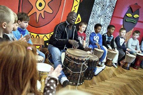 Kossa Diomandé underviser i afrobeat på  Barnas Verdensdager.  Denne uken har han også spilt med barn på Ås kulturskoles Musikkverksted.                    FOTO: CHRISTIAN CLAUSEN