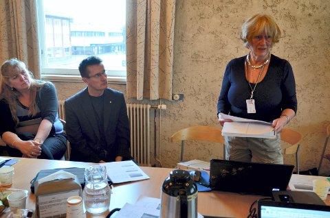 – Hvor mye av deres eget selvbilde fikk dere bygget opp eller revet ned i skolen? spør Nina B. J. Berg fra Pedagogisk-psykologisk tjeneste i Elverum kommune. Lillian Skjærvik (til venstre) og Ingvar Midthun var tilhørere i formannskapet i går