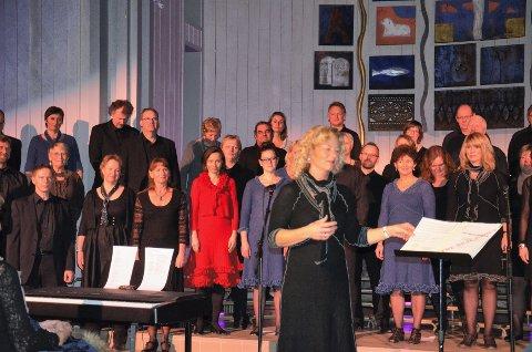 SOLHEIM-STJERNENE: Dyktige Inger Pernille Stamrud (foran) har et kor vi forstår hun er stolt av, med god grunn. Foto: Jan Rune Bakkelund.