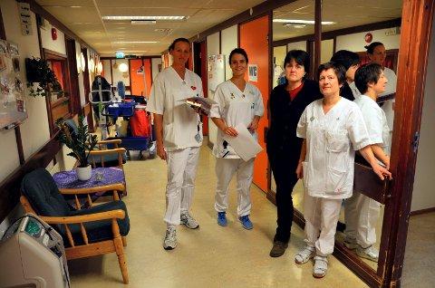Slitte lokaler og lav grunnbemanning bekymrer de ansatte på Moen sykehjem; fra venstre sykepleierne Lise Heimdal og Trine Lill Bangstad Erlund, hjelpepleier og tillitsvalg Gunnhild Berteig og hjelpepleier Synnøve Kolstad.