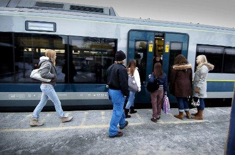 FORSINKELSER:  Reisende med tog må også i dag belage seg på store forsinkelser på Østfoldbanen. Det er feil ved signalanlegget mellom Ås og Vestby. FOTO: CHRISTIAN CLAUSEN