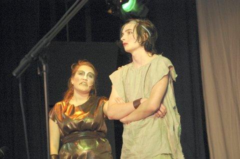 """HJELPER: Sofie Eidsvold har rollen som slangen Kaa, som i Bringsværds """"Mowgli"""" er en av Mowglis hjelpere."""