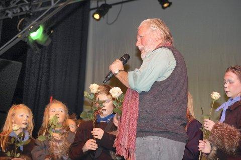 ROS: Forfatter Tor Åge Bringsværd var tilstede på premieren, og han ga ros til Ås teaterverksted for spretten bruk av teksten.