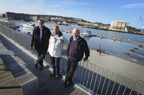 Arrangørene for Tønsberg båtmesse, Jon Willy Klausen (fra venstre) og Pål Herholdt, sammen med havnefogd Per Svennar, gleder seg til startskuddet for sesongen, med årets båtmesse.