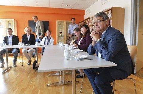 Norske politikere er ikke kompetente til å mene noe om hva nordmenn skal leve av etter oljen, hevdet Per Kristian Foss (til høyre) da ha besøkte Gründerhuset på Nøtterøy tirsdag. Der møtte Foss lokale gründere med store ambisjoner om å skape både lønnsomhet og arbeidsplasser.