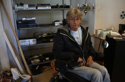 Birger Dammen savner lommeboken, den lå i tasken som henger rett under armlenet på stolen.
