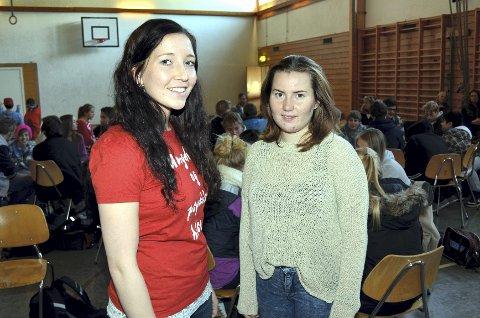 BESØK: Studentene Hilde Renate Sætre (t.v.) og Stine Alsvik var på Åmot ungdomsskole i går der de snakket om mental helse.