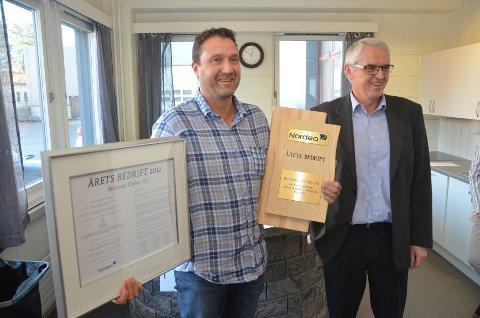 ÅRETS BEDRIFT: Daglig leder Edgar Bakke (t.v) fikk overbringt prisen som Årets Bedrift i Elverum for 2012 av Leif Nordberg i Nordea.