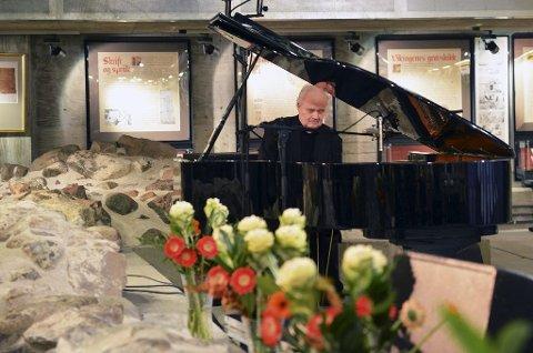 STOLT: Ketil Bjørnstad spilte under litteraturukas åpningsarrangement.Det var han stolt over å få lov til. Foto: Harald Strømnæs