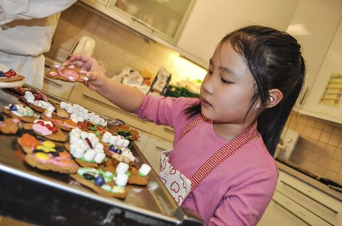 Celina Nguyen (5) har bakt pepperkaker og pyntet med rosa glasur, snøfnugg og non stop.
