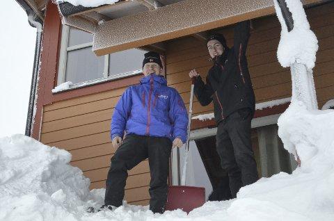 MÅKER: Daglig leder i Fjellgutta AS Håvard Lunde (t.v.) og Jan Morten Vestli måker snø ned fra takene på harde livet.  Begge foto: Maren Sofie Sandbakk