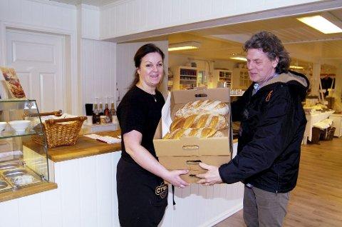 SATSER LOKALT: Nina Høyer bruker lokale leverandører. Alle bakervarer blir levert av Havbakeriet. Her kommer Ralf Reiche med brødvarer.Foto: Terje Wilhelmsen