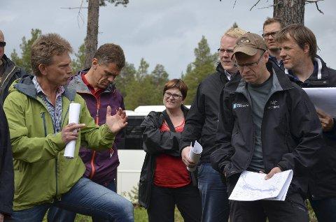 UENIGE OM FISK: Trond Taugbøl (til venstre) fra Opplandskraft, Jakob Trøan (høyre) og Jarl Koksvik (foran) fra Miljødirektoratet er ikke enig om konsekvensene for fisken i Glomma.