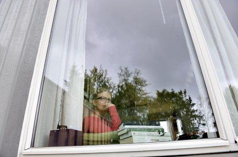 I denne sofakroken tilbringer Anne-Helene Ose-Johansen mye tid. Her kan hun gjøre «sittejobben» sin, med lyder og aktivitet fra familien foran seg i rommet. En stabel bøker ligger klar, men det er ikke alltid hun har konsentrasjon til å lese.