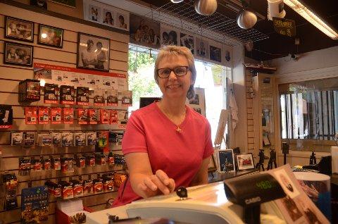 Om en snau måned flytter Holland Foto fra lokalet i Vangsvegen. Men butikken blir værende i sentrum i det nye lokalet i Strandgata. Daglig leder og medeier Kristin Olsen er glad for at butikken blir værende i Hamar sentrum.