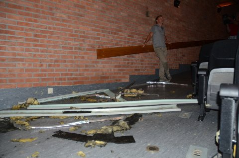 Kinosjef Espen Jørgensen er glad ingen ble skadet da deler av taket falt ned midt under forestillingen.