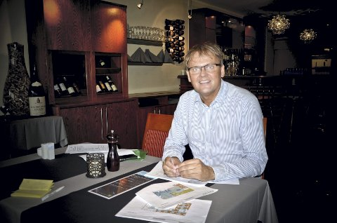 Store planer: Hotelldirektør Vidar Haugen med bordet fullt av spennende planer for Astoria.Foto: Hilde Berit Evensen