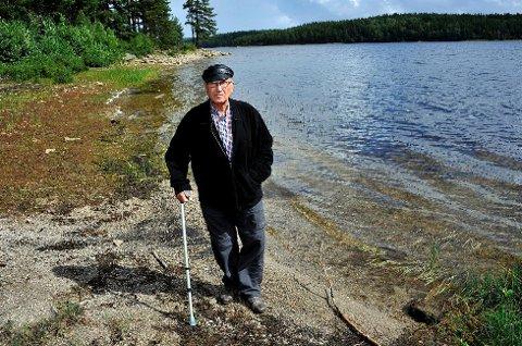 UTÅLMODIG: Steinar Bodal, som selv er grunneier ved Isesjø, har i mange år undret seg over fiske- og badeforbudet i Tvetervann. Restriksjonene er en følge av at Fredrikstad har det som reserveforsyning av drikkevann - sist benyttet i 1999.