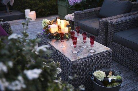 ENKELT OG BILLIG: – Dette ser flott ut, men er bare billige glass. En morsom idé når du serverer champagne, er å bruke en sinkbøtte som kjøler. Det duger mer enn godt, sier Finn Schjøll. På bordet har han også dekorert et fat lys, blader og blomsterhoder.