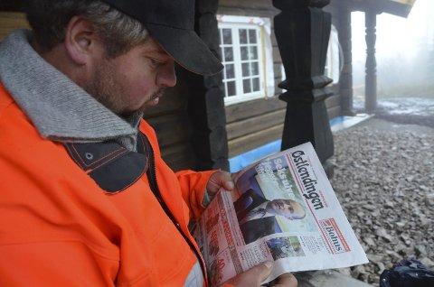 LETTET, tross alt: Stian Svingen leser gårsdagens Østlendingen om seks tiltalte i ulvesaken. Siktelsen mot han og fire andre tryslinger ble frafalt.