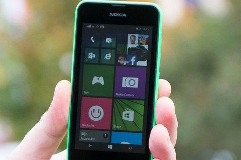 I motsetning til de fleste av konkurrentene, kjører Lumia 530 operativsystemet Windows Phone. Foto: Kurt Lekanger, Tek.no/AN