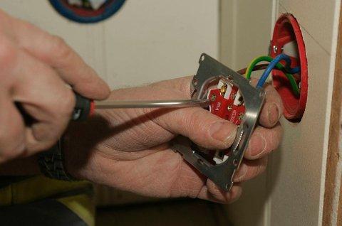 Hver fjerde norske mann har foretatt reparasjoner eller annet arbeid på det elektriske anlegget, som egentlig krever autorisert elektriker.