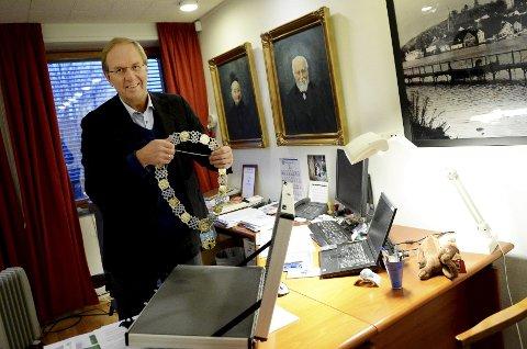 En spøkefull og tilsynelatende opplagt Petter Berg finner fram det ettertraktet ordførerkjedet. Han er Tønsberg Høyres kandidat til ordførerplassen, men denne gangen holdt det hardt.