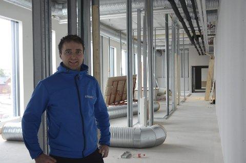 IKKE FERDIG: Det er mye som er ferdig på CC Stadion, men fortsatt jobbes det iherdig. Nils Petter Engen på Altiusklinikken flytter inn til neste år.
