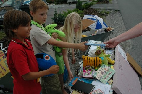 Flere naboer har kommet bort og kjøpt noe av barna i Korvaldveien. Som takk vanker det gjerne en klem.