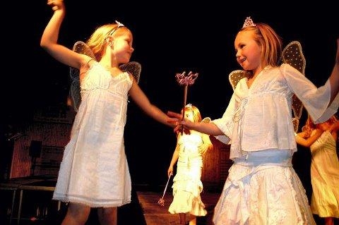 <b>SJARMØRER.</b> Mina Melheim Østerud (t.v.) og Marte Ebbesen Jørgensen var to sjarmerende engler i moteshowet i Solberghallen. FOTO: PER CHRISTIAN SELMER-ANDERSSEN