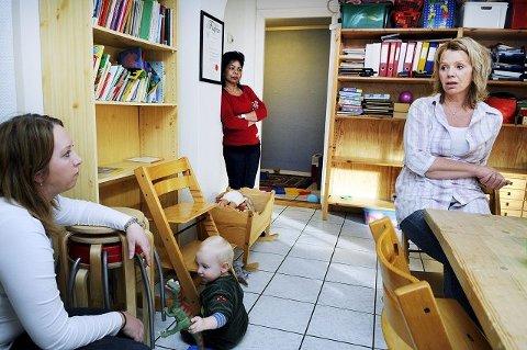 Styrer Bjørg Kathrud (t.h.) i Tertitten familiebarnehage har bestemt seg for å legge ned familiebarnehagen etter sommeren.