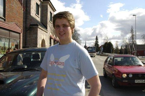df2a4332 ENGLEVAKT: Jon Magne Tangen (15) fra Løten inviterer unge trafikanter til  VIkingskipet i