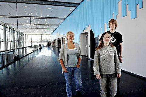 FORNØYDE: Ingerid-Kristine Bekkevold (21), Marius Christian Pettersen (19) og Agnes Heyer (26) er fornøyde med høyskolen. Stort sett. Foto: Marit Borgen
