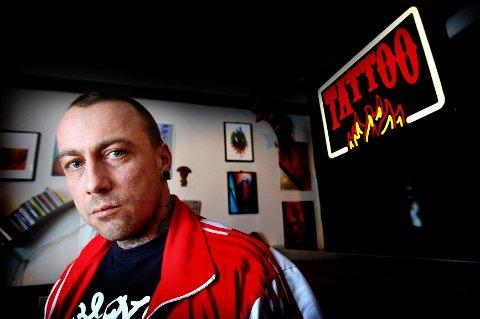 To års kamp er over for tatovør Joakim Bråten Olsen. Regjeringsadvokaten har bestemt at tatovering er kunst. Dermed slipper Olsen å betale moms.