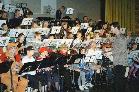 Samspillet mellom to korps var i høyeste grad vellykket. Her ser vi musikanter og sangere fra Nordstrand Janitsjar og Nordstrandskolenes Musikkorps i aksjon på barnekonserten i Symra kino. Arne Kollandsrud har sikker hånd om taktstokken