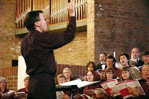 Colin Smith sørget for å gjøre forestillingen til en fryd for øret, med hjelp av Kongsberg Kantori, og organist Johan Wallace.