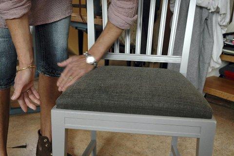 Stolsetet med det nye trekket passer perfekt i stolen den hører til.