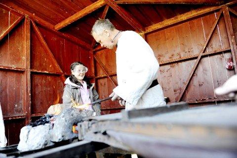 Skoleelevene fikk anledning til å være med på å smi viking-skipnagler. Her er det Nikita Holt Bell som assisterer smed Hans-Johnny Hansen. Foto: Anne Charlotte Schjøll