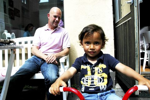Carl Christian koser seg sammen med pappa, Thomas Brekke, på Bare Barista. Det er planleggingsdag i barnehagen og det har ikke Carl Christian (3) noe imot. Alle foto: Caïssa Gjølberg
