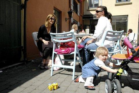 De to venninnene Simone Thiis og Fride Lindstøl synes det er veldig hyggelig på kafé, også er det trygt for datteren Mathilde.