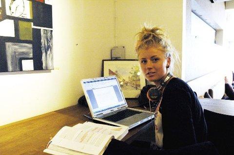 Leser best på kafé. Stine Thabita Wilhelmsen leser best til eksamen med litt summing i bakgrunnen.