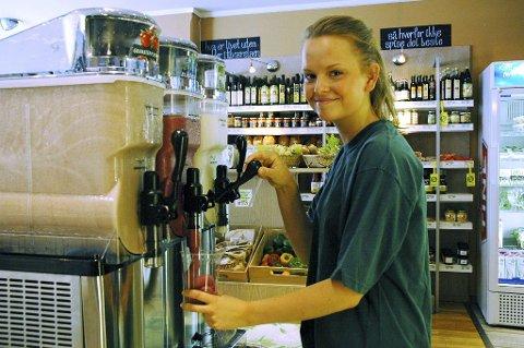 Økologisk slush og kaffe frister damene på Helios med. Hanna Marie Tveitan Dokken forteller at flere og flere velger økologisk.