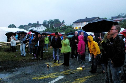 Mungo Jerry lokket folk fram og ut i regnet foran scenen, og der ble de i nesten to timer.