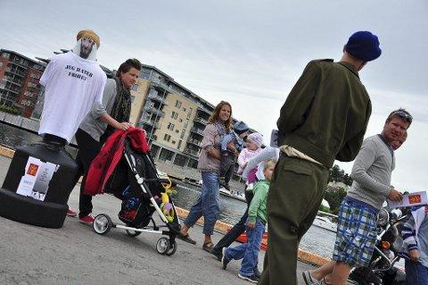 BUDSKAPET: Markus Mostue deler ut flygeblad med påskriften «Én død terrorist i Afghanistan, er én asylsøker mindre i Norge».  Foto: Kaia Eriksen
